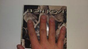 20数年前のCDジャケットと自分の手