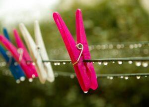 雨。洗濯バサミ。乾かない。