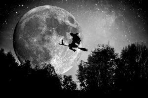 魔女と黒猫が月夜に空を飛ぶ