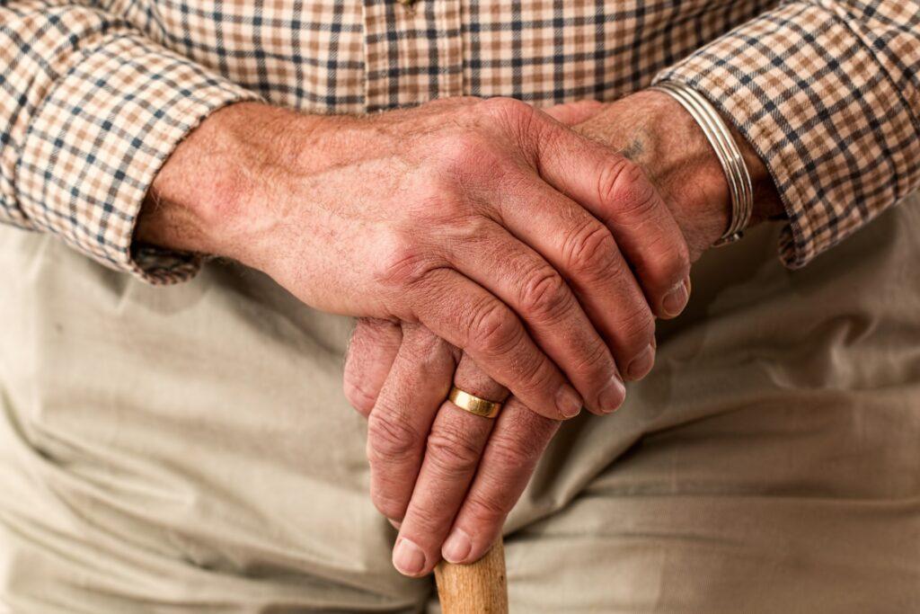 高齢者の手の画像