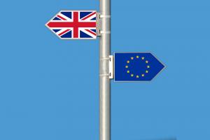 イギリスの国旗とEUの旗