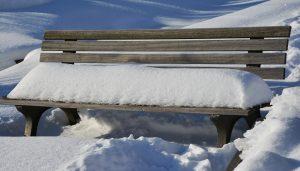 大雪の後のベンチに残る雪