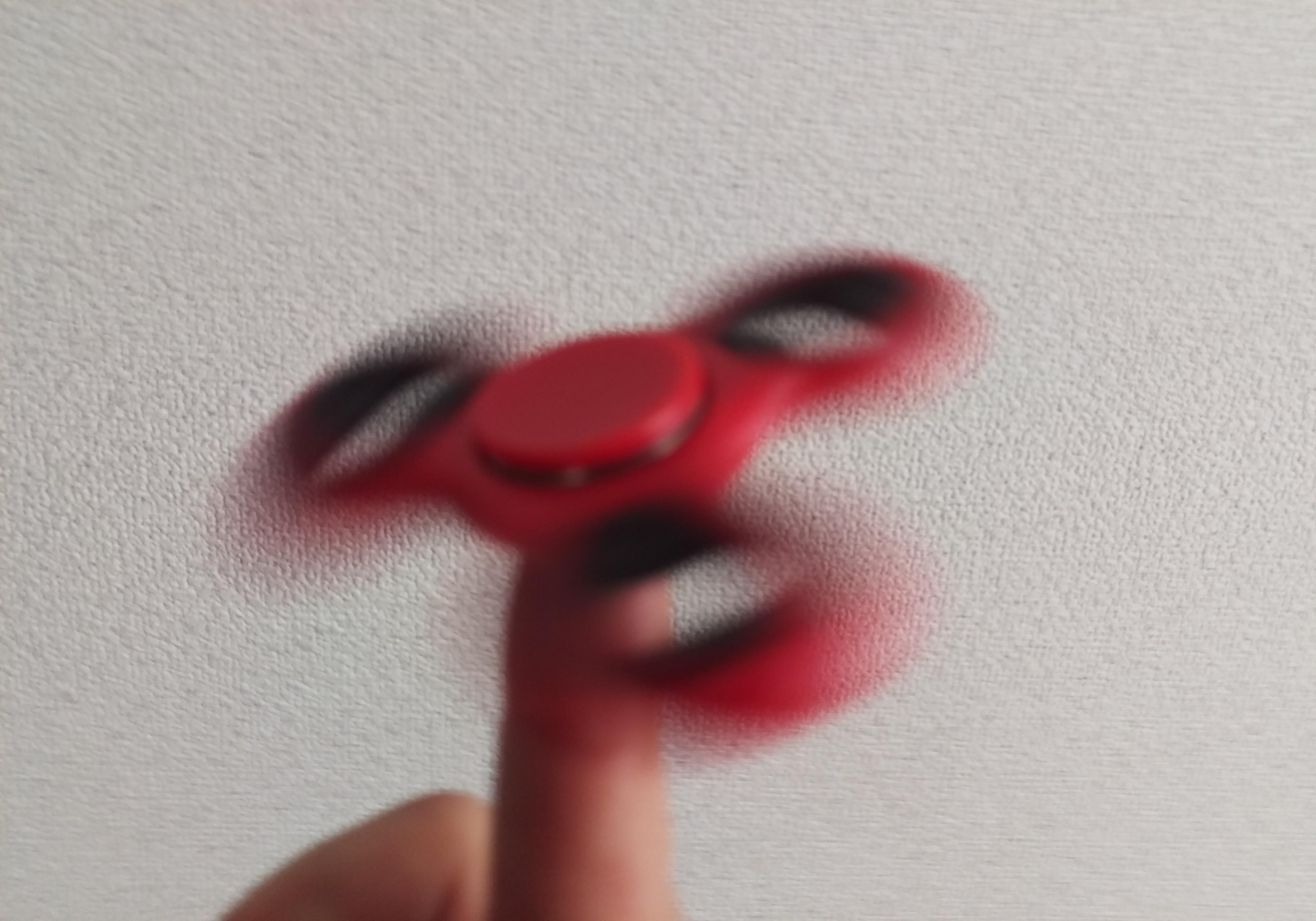 人差し指の上でハンドスピナーを回す