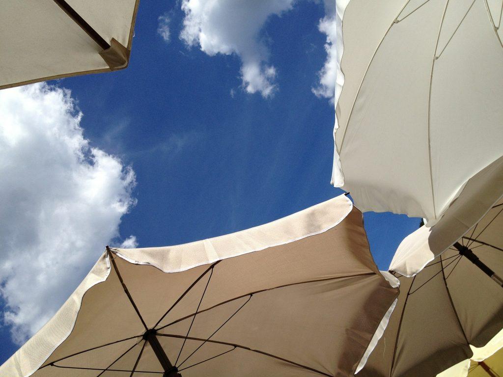 夏の空とパラソル