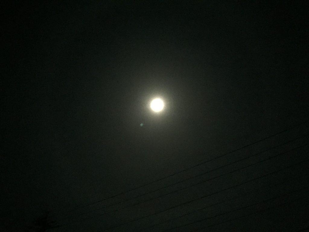 月の周りに光の輪(月暈)