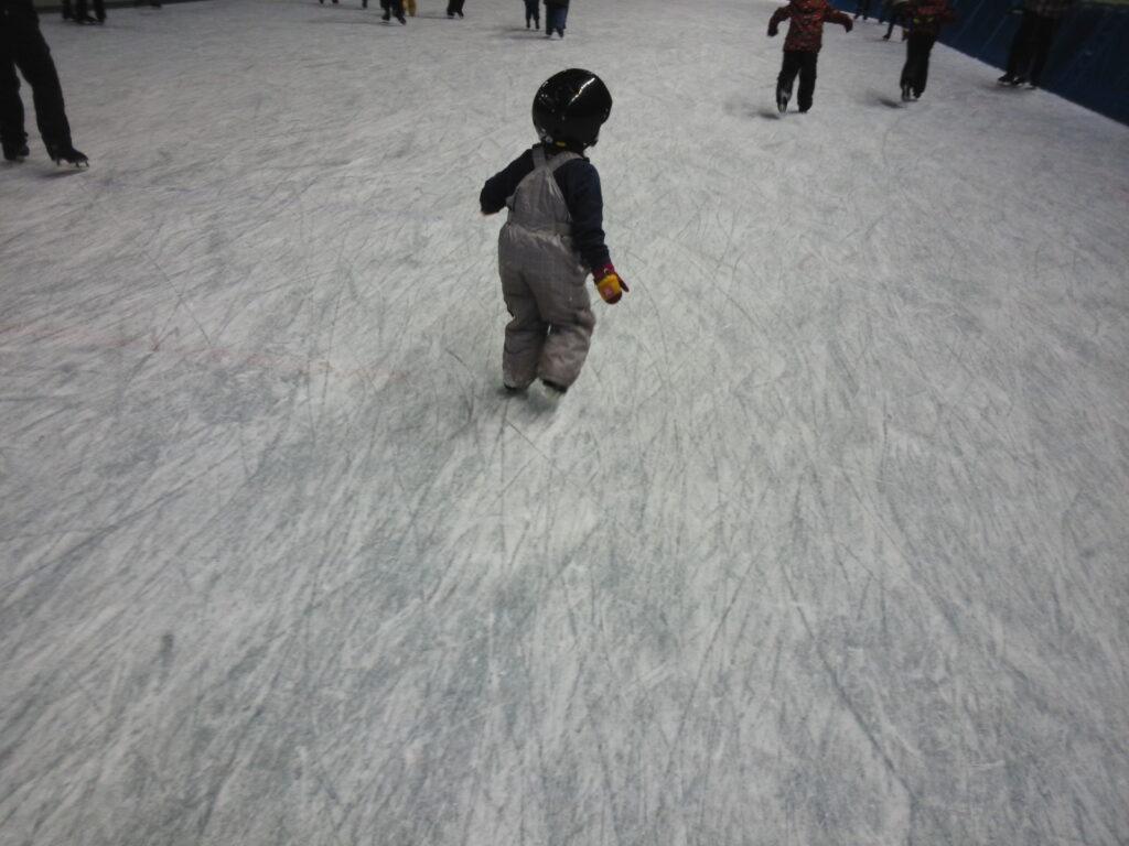 スケートをする子ども