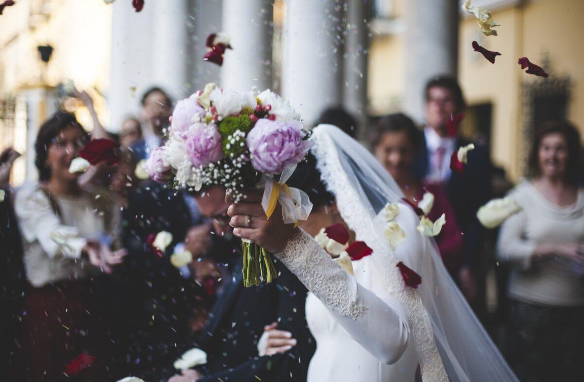 結婚式で祝福される夫婦