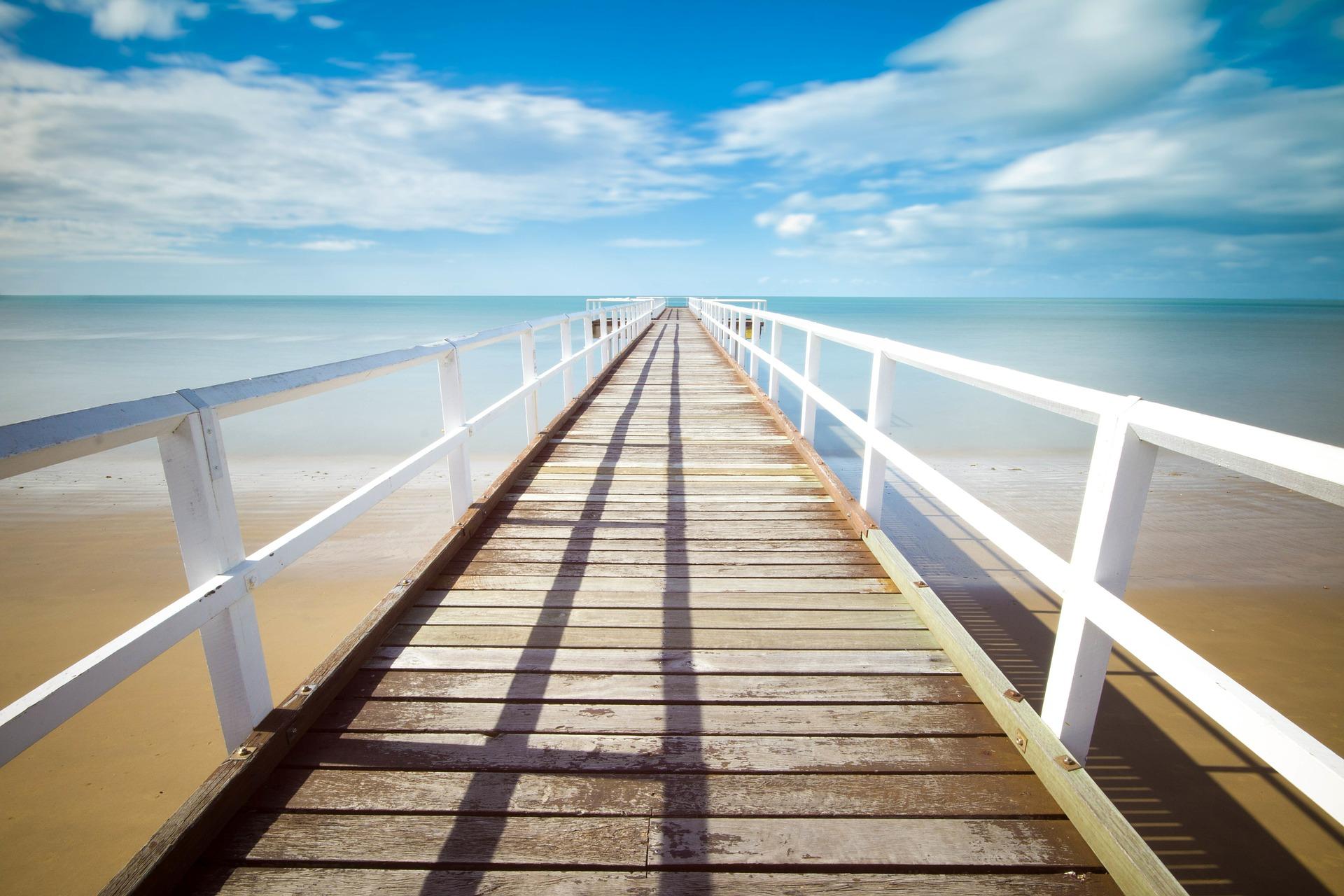 夏の海と桟橋