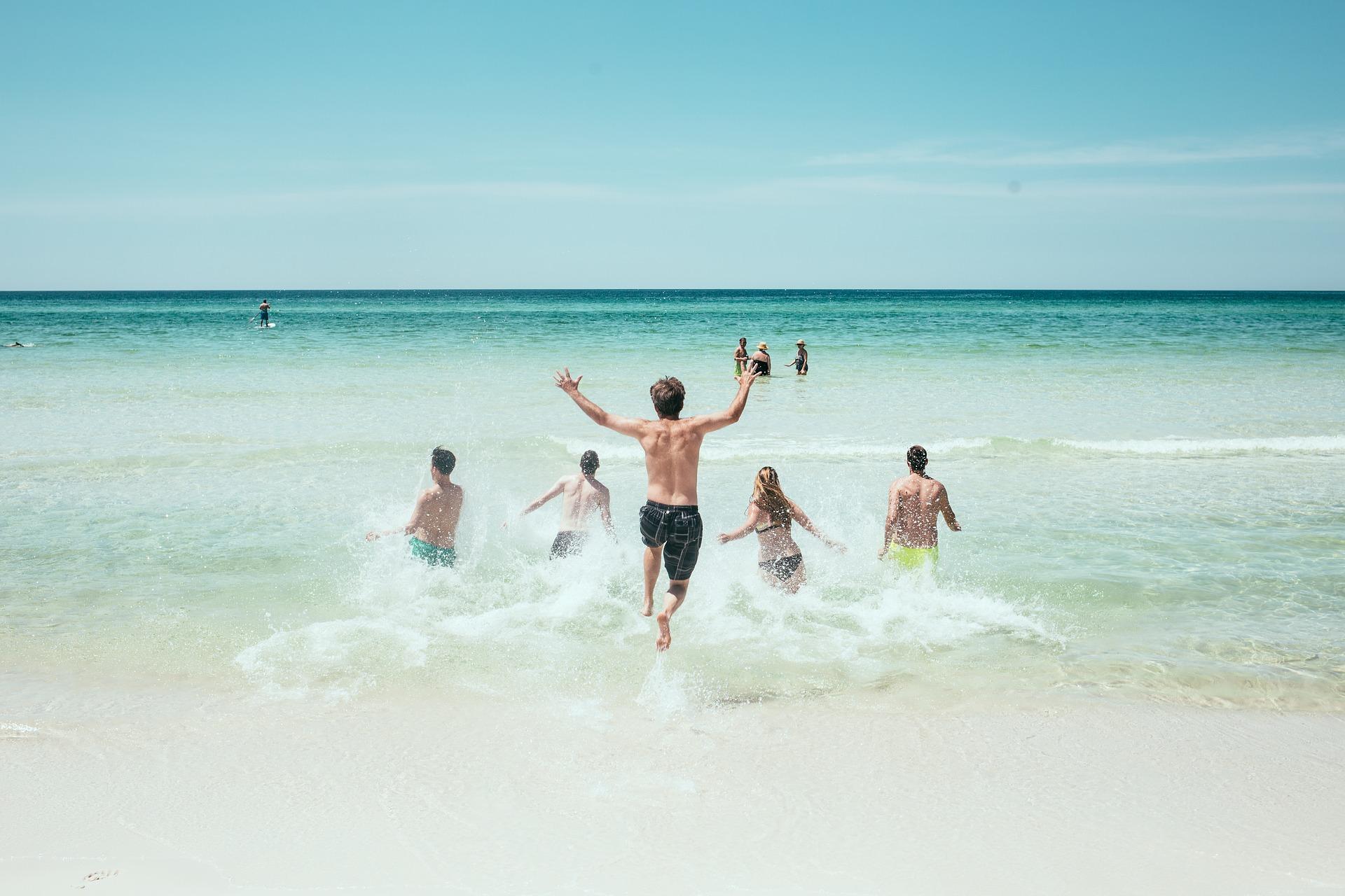 楽しそうに海水浴をする人たちの画像