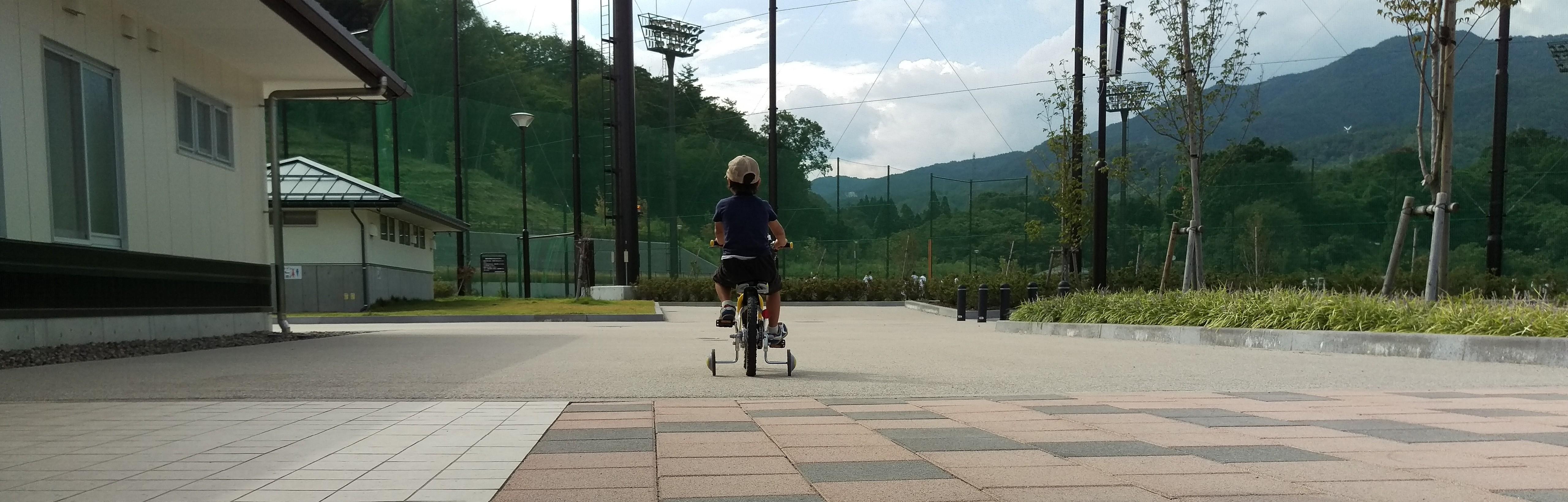 息子が自転車を漕ぐ後ろ姿