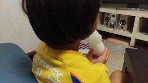 一学期が終わってアイスを食べる息子の後ろ姿