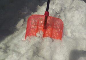 雪にささる雪かきスコップ
