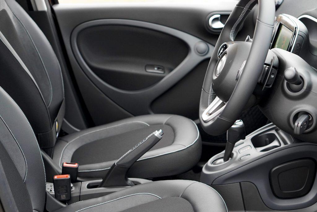 自動車の運転席の画像