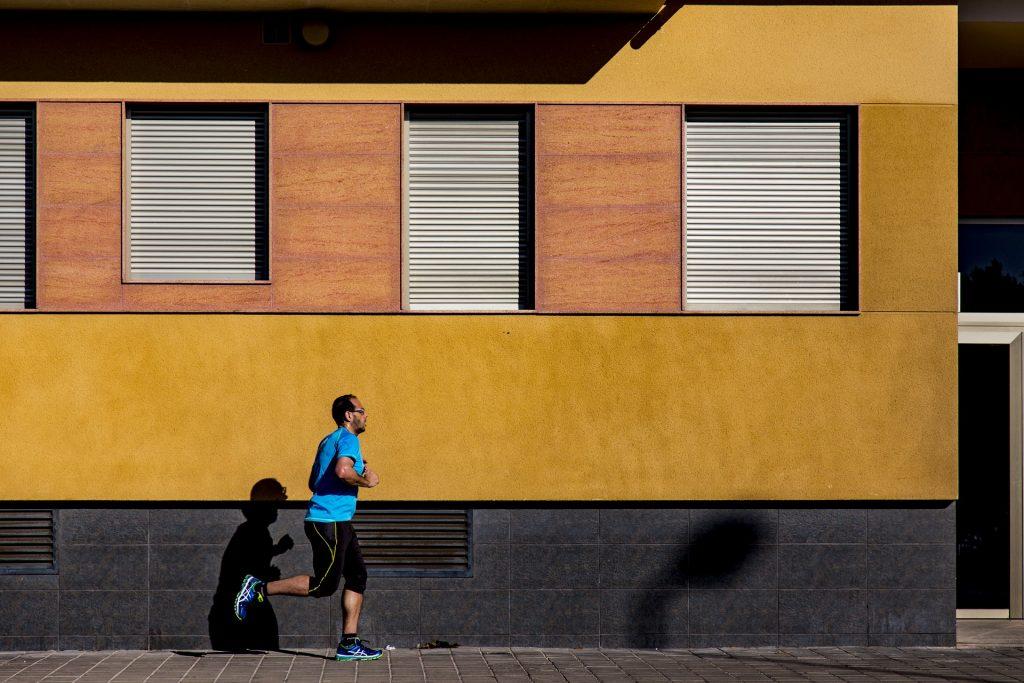 ジョギングする男性の画像