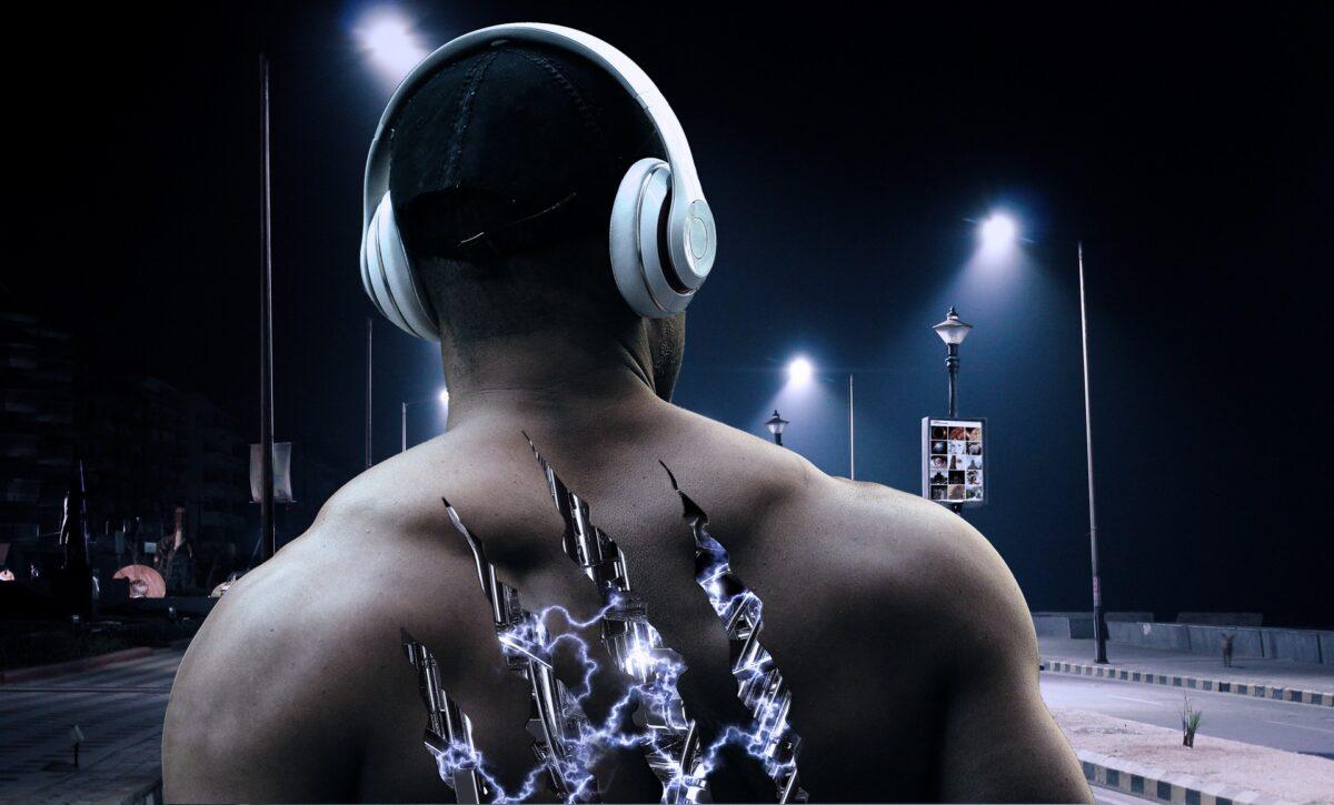 音楽を聞く男の後ろ姿
