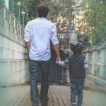 父と子が手を繋いで歩く