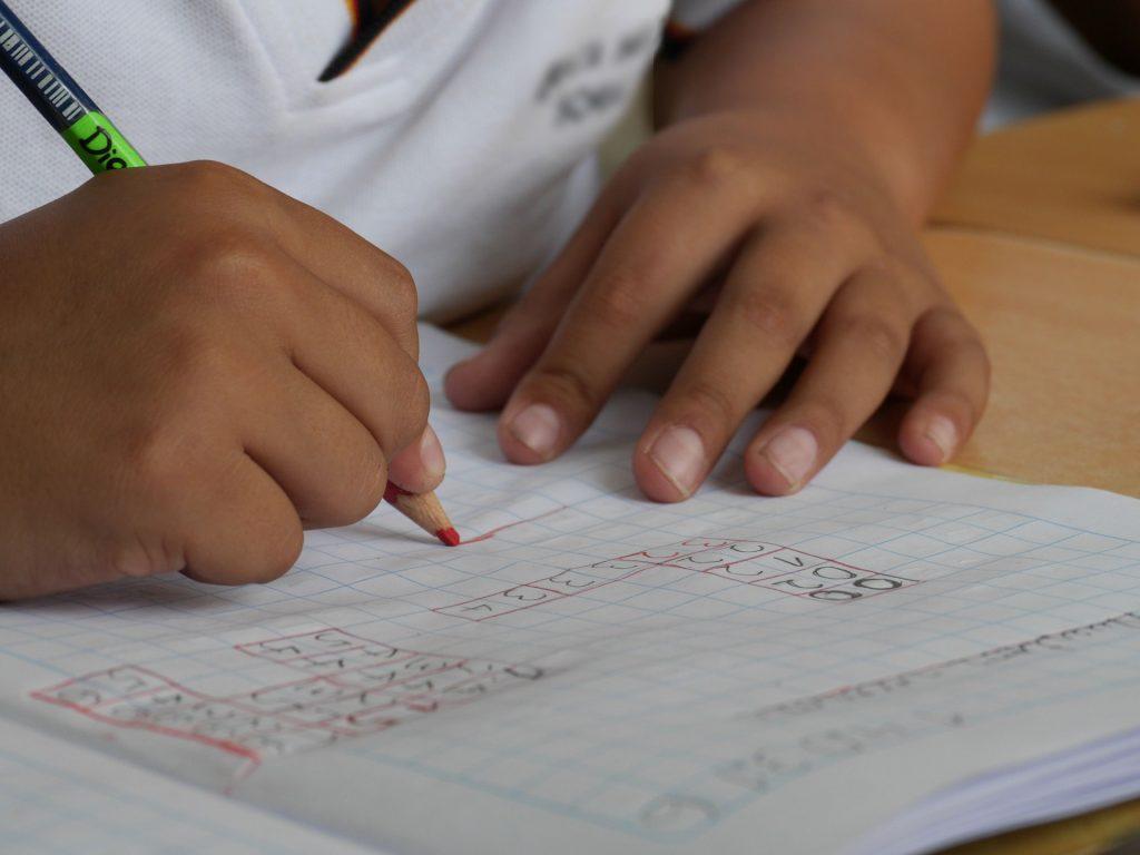 宿題をする子ども