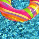 プールに浮かぶ浮き輪