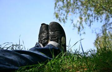 草原で寝転んでいる人の足