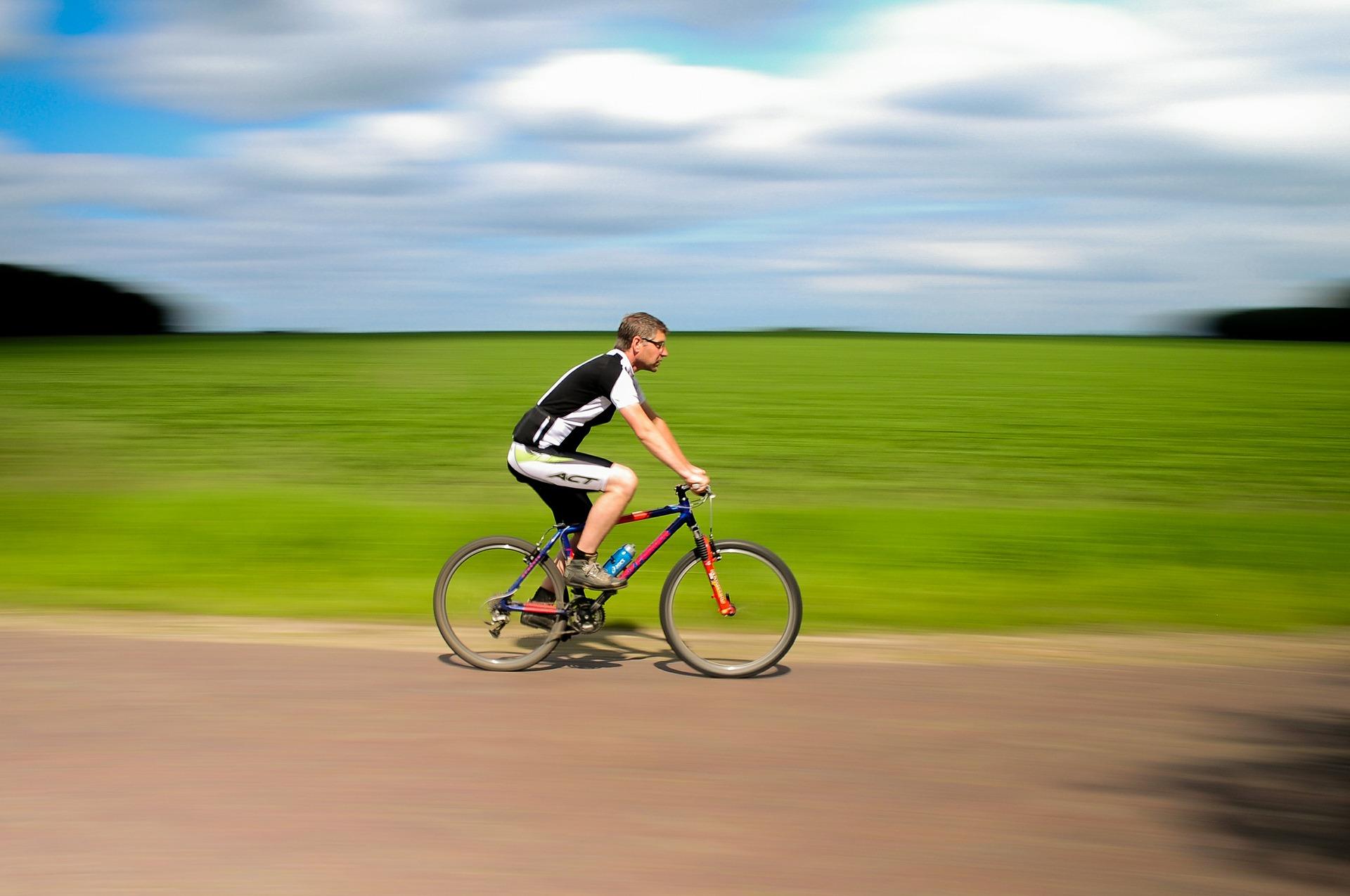 サイクリングする人
