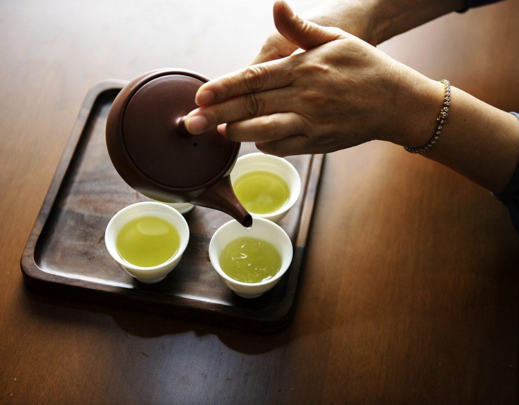 日本茶を淹れる写真