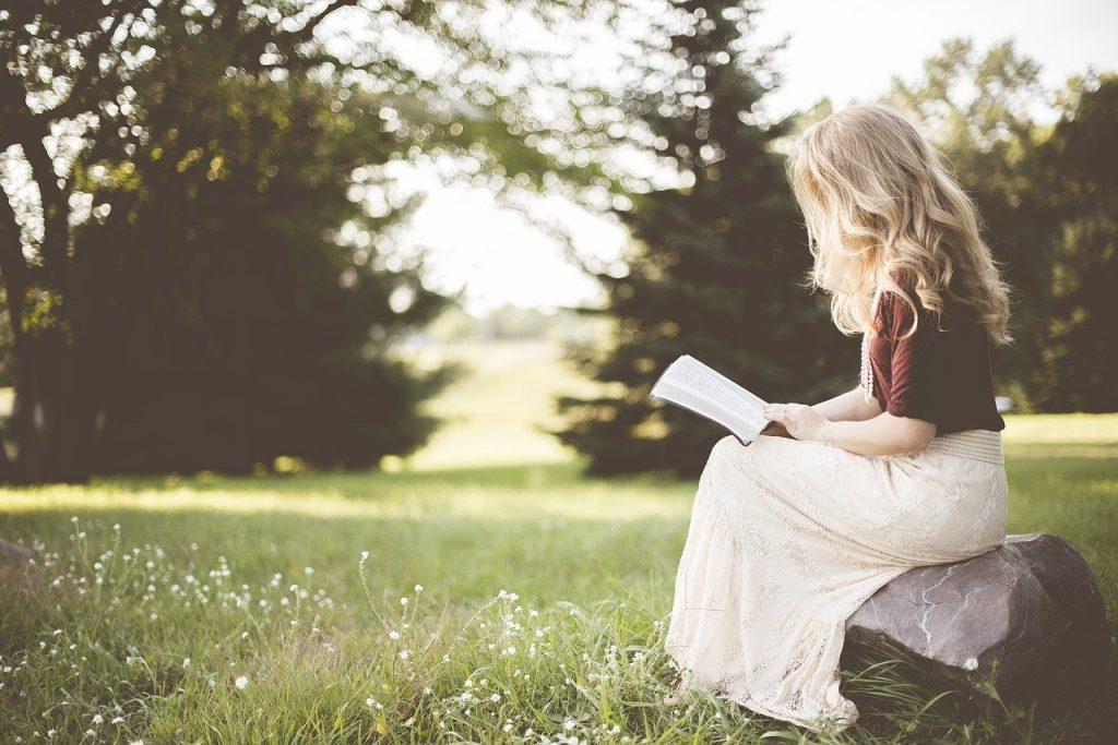 読書をしている女の人の画像