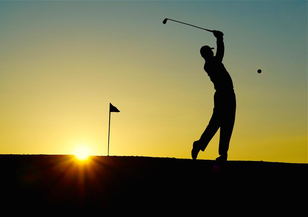 ゴルフのスイング・日没のコースのイメージ画像