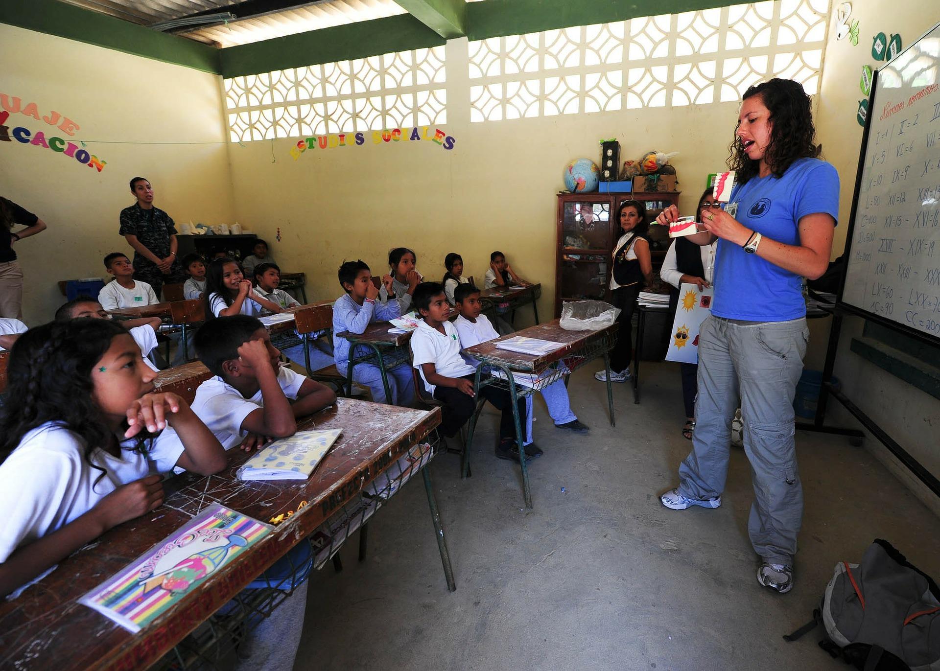 教師と児童のイメージ画像