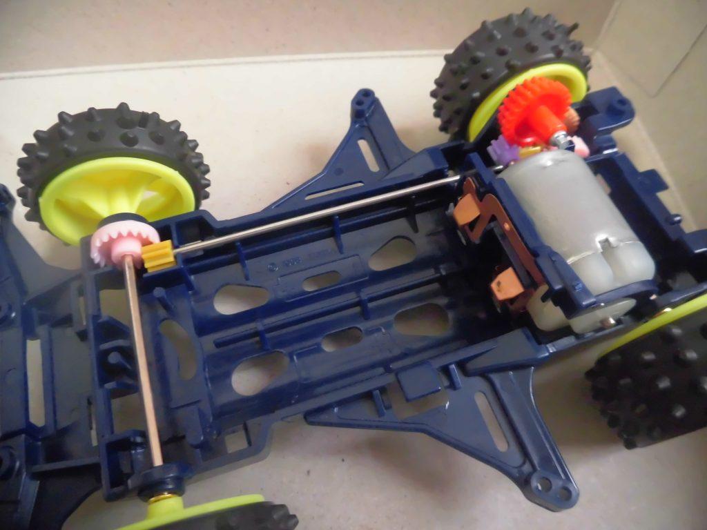 ミニ四駆のシャーシにモーターをギヤをセットした画像