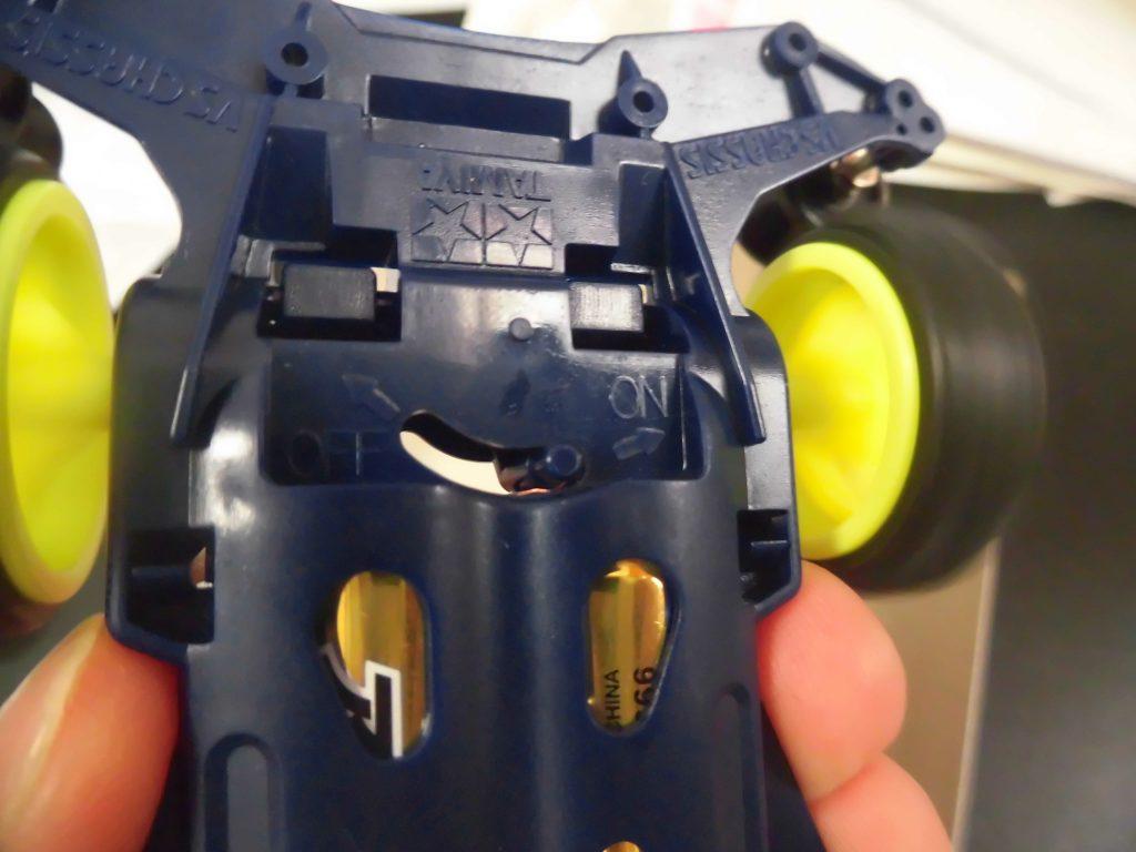 ミニ四駆のスイッチを入れ、タイヤが回っている場面の画像
