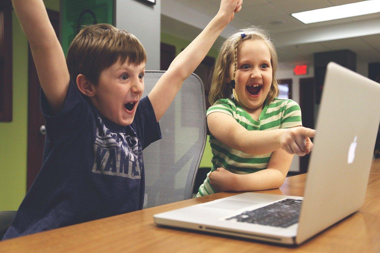 Youtubeを見て楽しそうな子どもたち