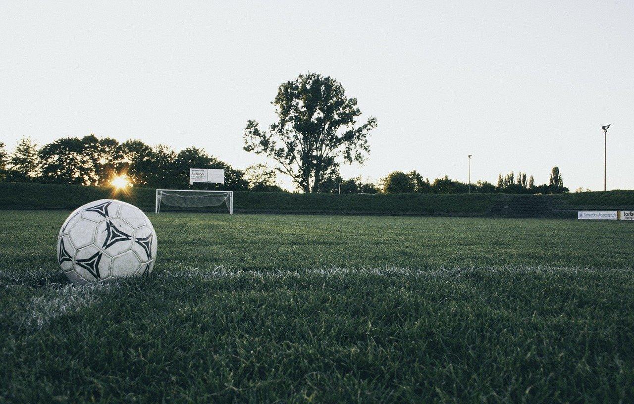サッカーの試合で負けた後のグラウンドの画像