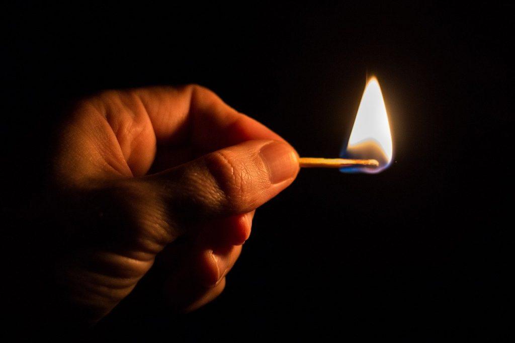 マッチで火をつける場面の画像