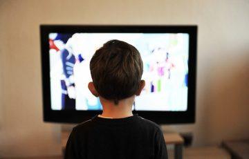 家でテレビを見る子どものイメージ画像