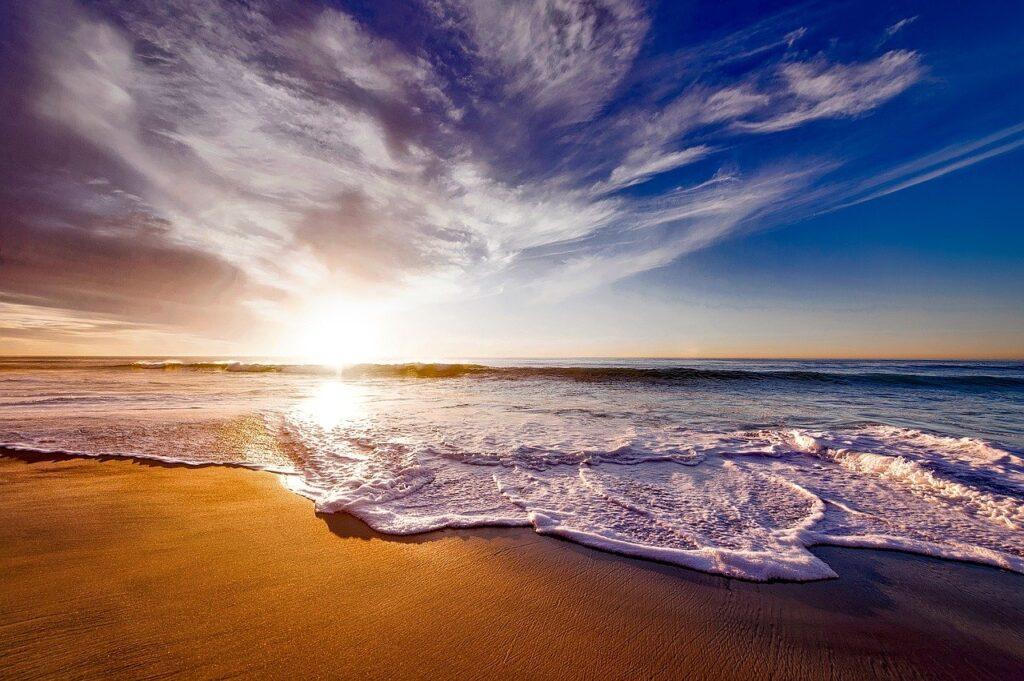 きれいなビーチの夕焼けの画像