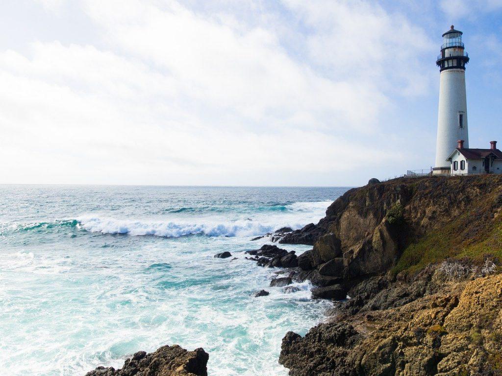 海岸に灯台・灯台記念日のイメージ