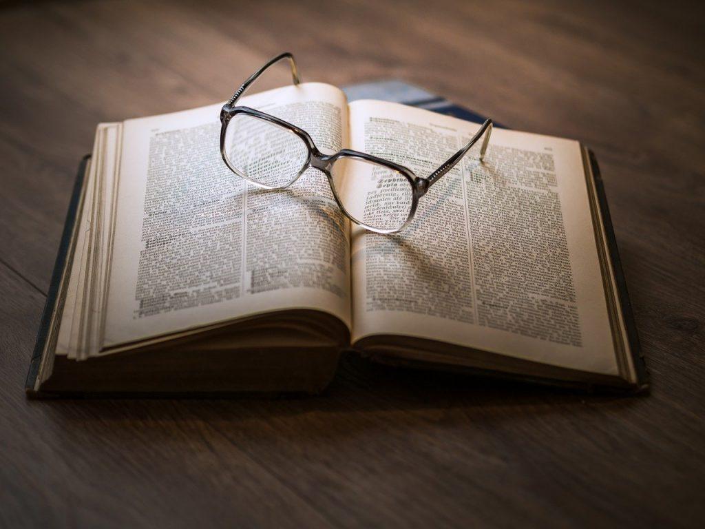 本とメガネ・過去を振り返る・出来事のイメージ画像