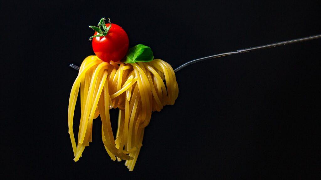 トマトとバジルとスパゲッティ・イタリア料理のイメージ