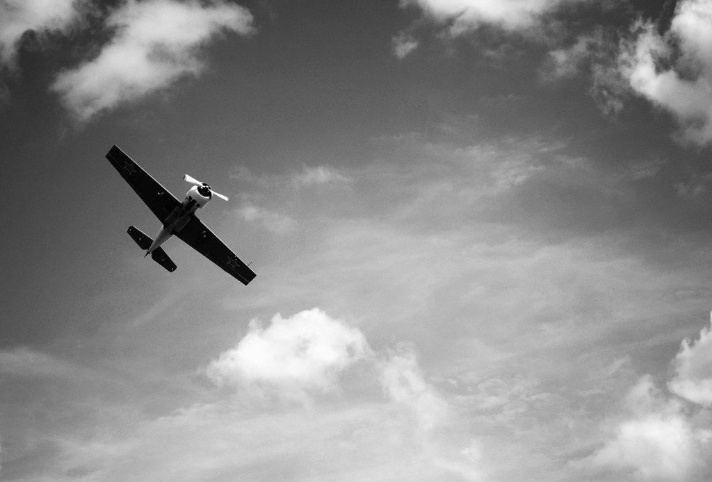 飛行機・白黒・空のイメージ画像