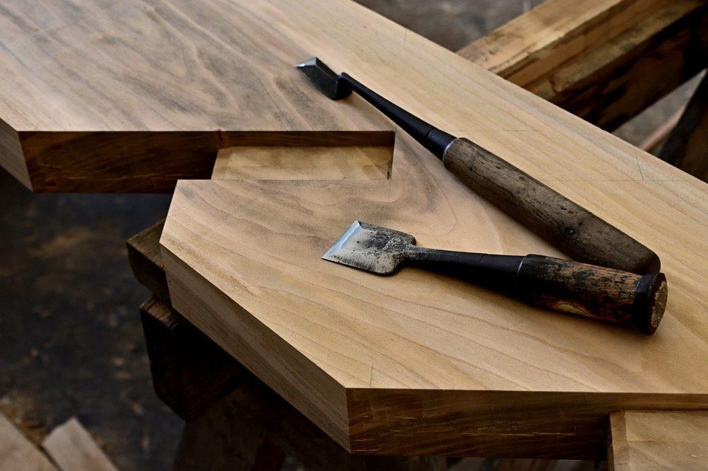 ノミと刻んだ材木・仕口。大工さんのイメージ