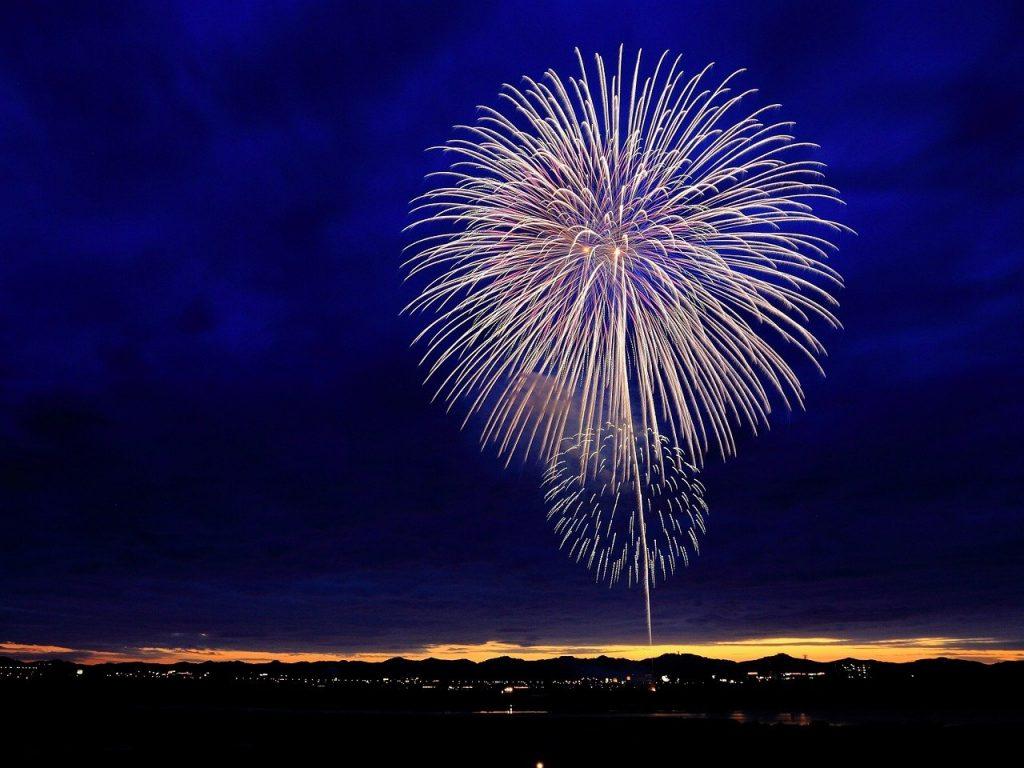 夜空の花火・花火大会のイメージ画像